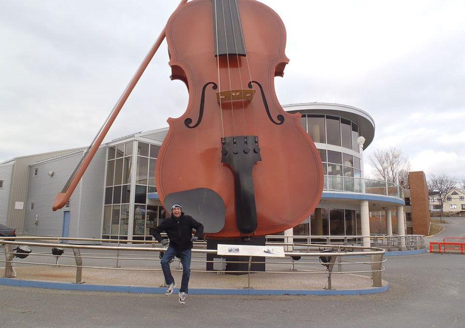 violino enorme vincitore guinnes dei record